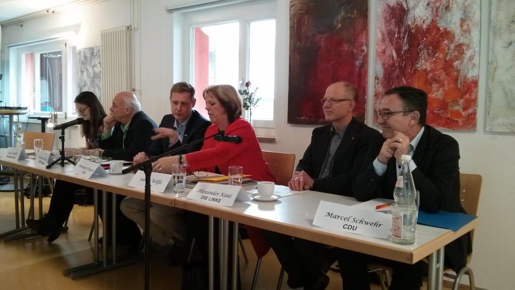 """Podium des """"KandidatInnen-Cafés"""". V. l. n. r.: Julia Fiedler (Piratenpartei), Alexander Schoch (Bündnis 90/Die Grünen), Norman Schuster (FDP), Sabine Wölfle (SPD), Alexander Kauz (Die Linke) und Marcel Schwehr (CDU)."""
