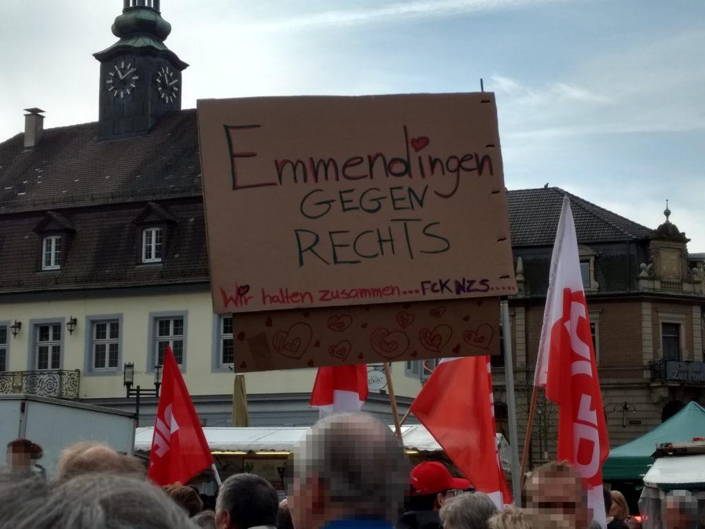 """Transparent mit der Aufschrift """"Emmendingen gegen Rechts – Wir halten zusammen…FCKNZS…""""."""