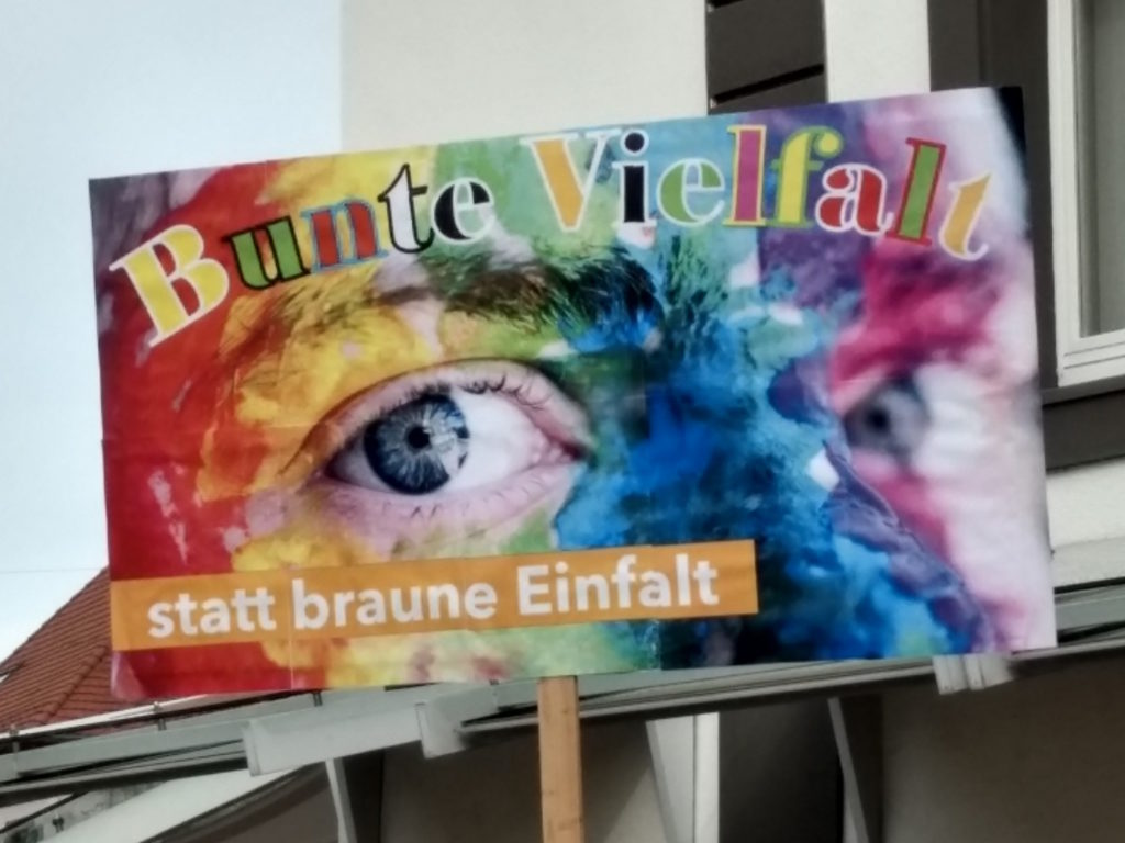 """Transparent mit der Aufschrift """"Bunte Vielfalt statt braune Einfalt""""."""