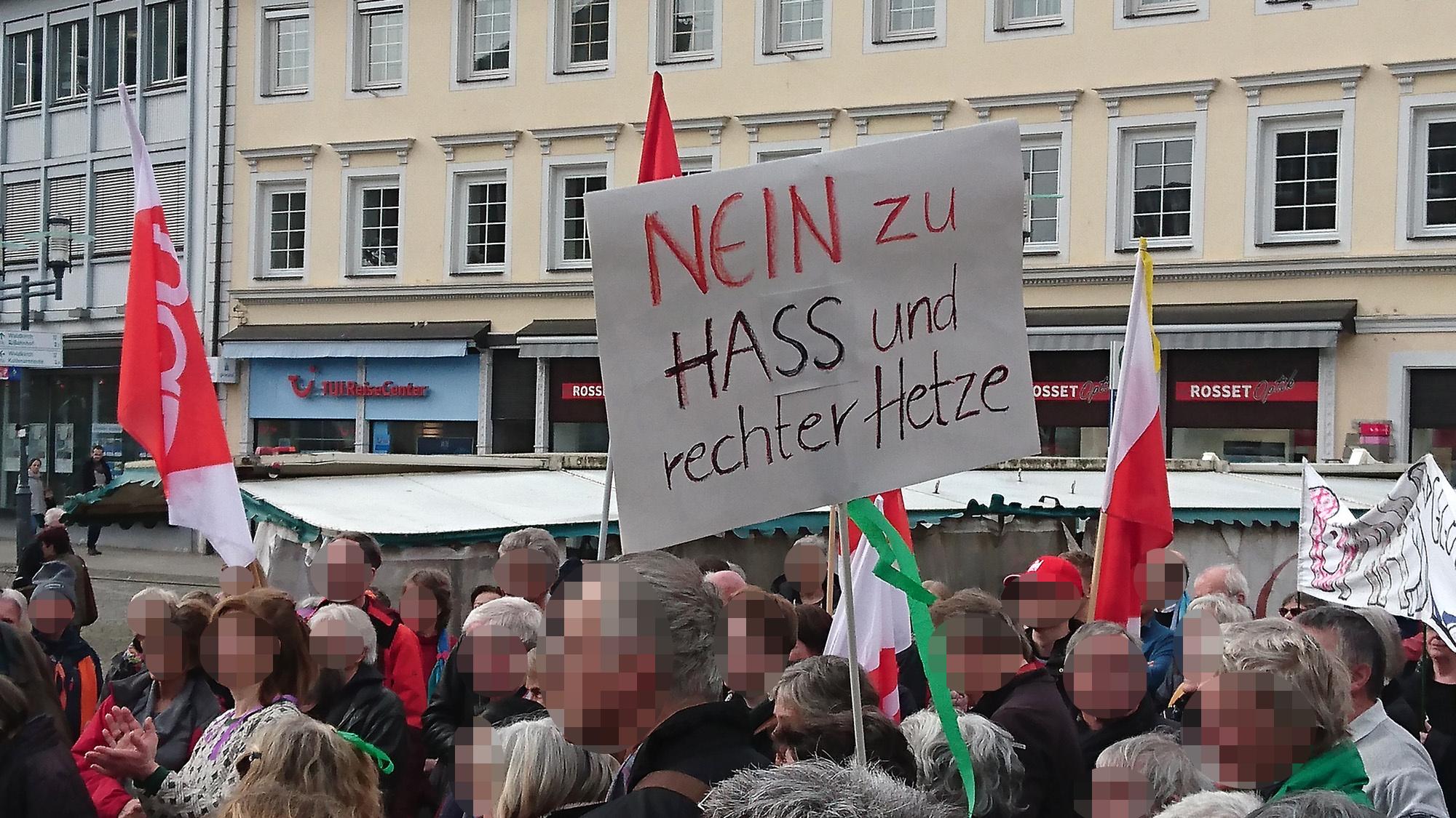 """Transparent mit der Aufschrift """"Nein zu Hass und rechter Hetze""""."""