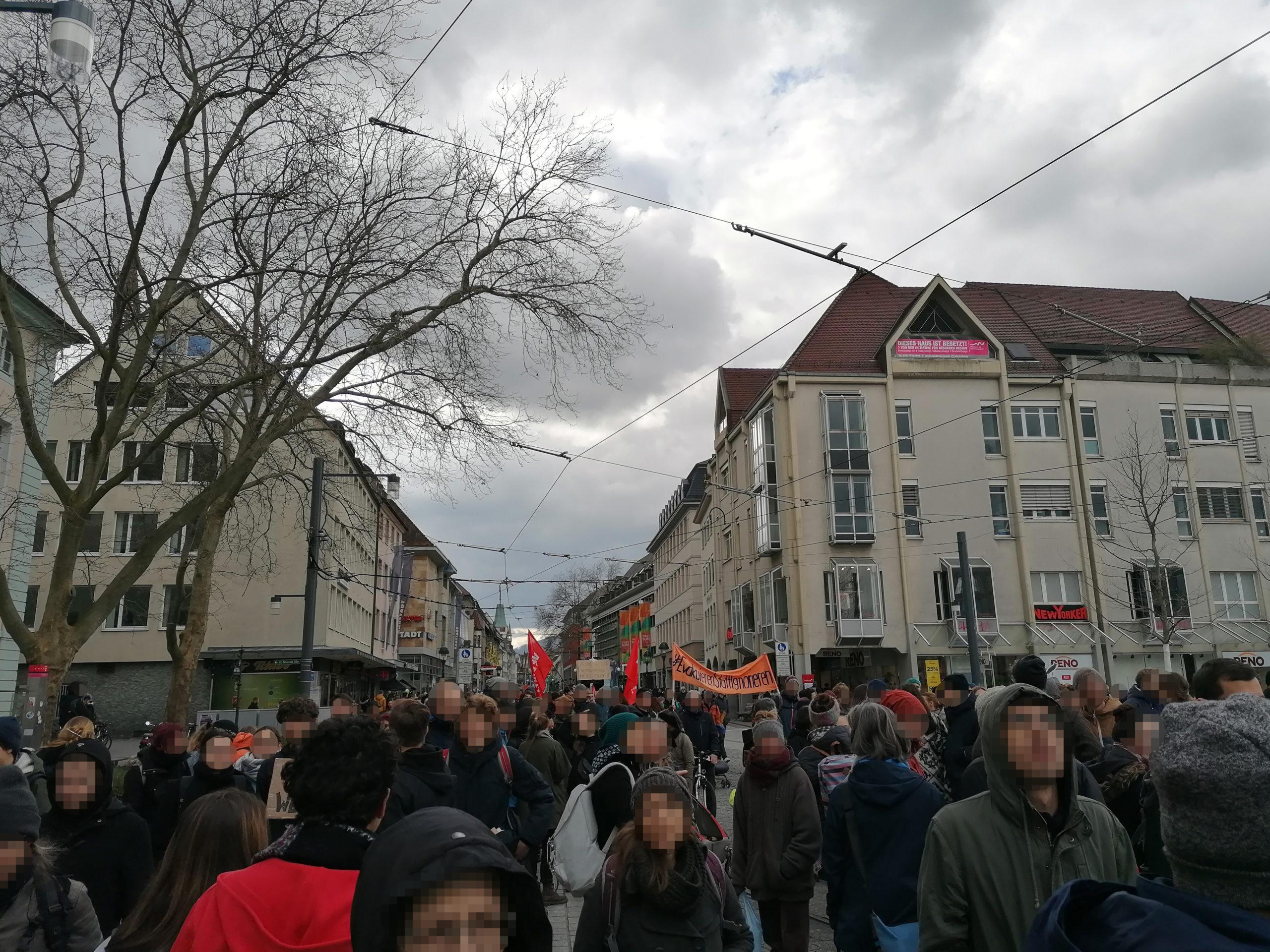 Menschen des Demozugs befinden sich auf dem Europaplatz.